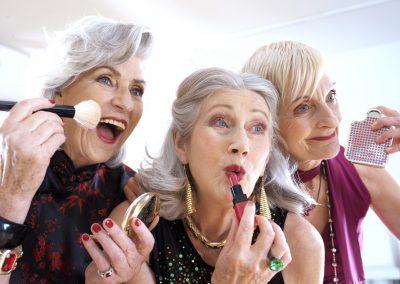 3 Damen beim Schminken für Werbung