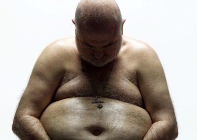 Dicker Mann, der nackt portraitiert wurde
