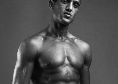 Portrait eines Mannes mit definiertem Bauch