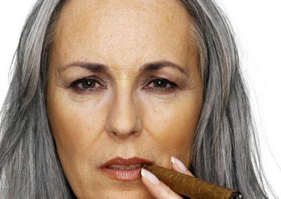 Portrait mit Dame, die raucht